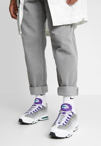 Nike Sportswear - AIR MAX 95 LV8 - Sneakers basse - white/black/bright crimson/university gold/lucid green - 0