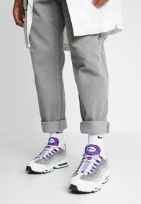 Nike Sportswear - AIR MAX 95 LV8 - Sneakersy niskie - white/black/bright crimson/university gold/lucid green - 0