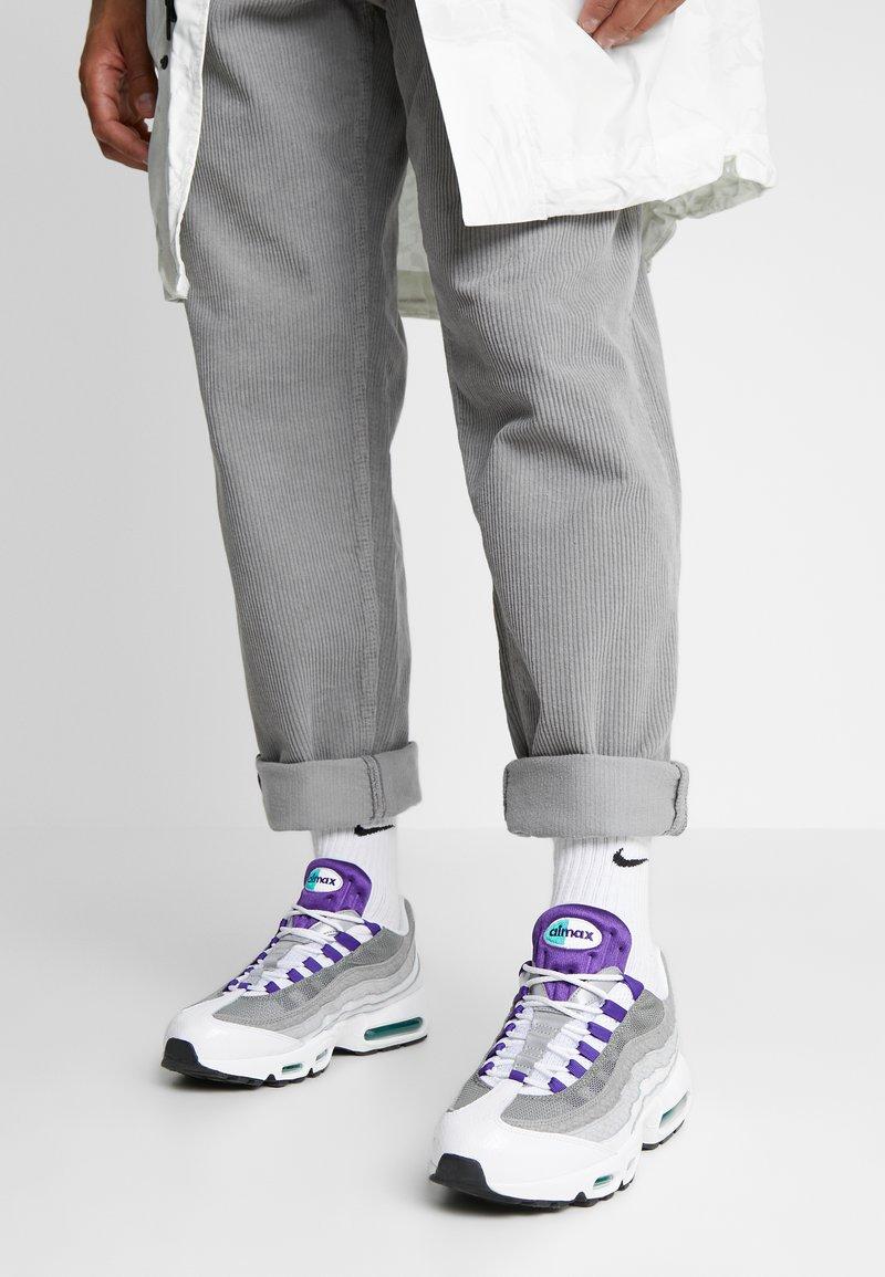 Nike Sportswear - AIR MAX 95 LV8 - Sneakersy niskie - white/black/bright crimson/university gold/lucid green