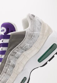 Nike Sportswear - AIR MAX 95 LV8 - Sneakers basse - white/black/bright crimson/university gold/lucid green - 8
