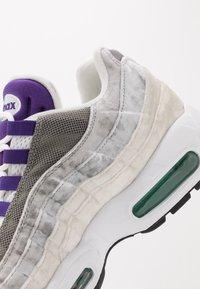 Nike Sportswear - AIR MAX 95 LV8 - Sneakersy niskie - white/black/bright crimson/university gold/lucid green - 8