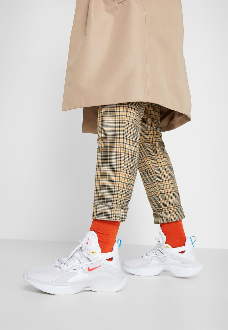 Nike Sportswear - SIGNAL D/MS/X - Sneakers laag - white/red orbit/summit white/blue hero/university gold/vast grey