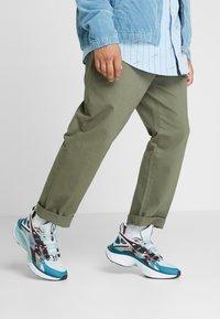 Nike Sportswear - SIGNAL D/MS/X - Sneakers - pure platinum/rush violet/night maroon/ocean cube/midnight turquise/black - 0