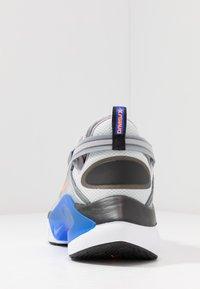 Nike Sportswear - SIGNAL D/MS/X - Matalavartiset tennarit - pure platinum/total orange/atmosphere grey/cool grey/racer blue/black - 4