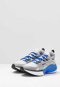 Nike Sportswear - SIGNAL D/MS/X - Matalavartiset tennarit - pure platinum/total orange/atmosphere grey/cool grey/racer blue/black - 3