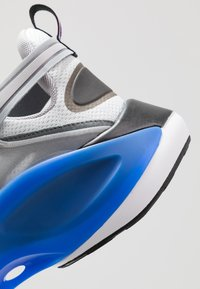 Nike Sportswear - SIGNAL D/MS/X - Sneakersy niskie - pure platinum/total orange/atmosphere grey/cool grey/racer blue/black - 9