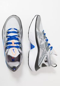Nike Sportswear - SIGNAL D/MS/X - Matalavartiset tennarit - pure platinum/total orange/atmosphere grey/cool grey/racer blue/black - 2