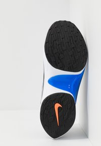 Nike Sportswear - SIGNAL D/MS/X - Matalavartiset tennarit - pure platinum/total orange/atmosphere grey/cool grey/racer blue/black - 5