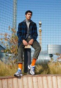 Nike Sportswear - SIGNAL D/MS/X - Sneakersy niskie - pure platinum/total orange/atmosphere grey/cool grey/racer blue/black - 7