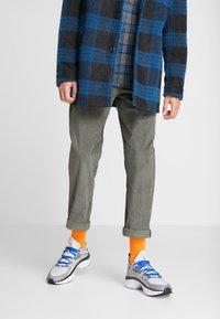 Nike Sportswear - SIGNAL D/MS/X - Matalavartiset tennarit - pure platinum/total orange/atmosphere grey/cool grey/racer blue/black - 0