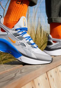 Nike Sportswear - SIGNAL D/MS/X - Sneakersy niskie - pure platinum/total orange/atmosphere grey/cool grey/racer blue/black - 8