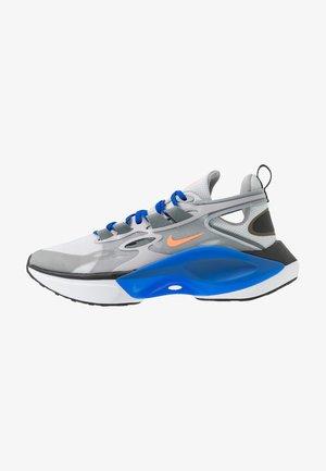SIGNAL D/MS/X - Sneakers - pure platinum/total orange/atmosphere grey/cool grey/racer blue/black