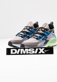 Nike Sportswear - SIGNAL D/MS/X - Zapatillas - pumice/racer pink/black/dark grey/photo blue/vapor green - 5