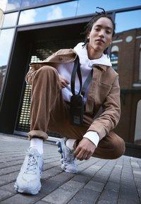 Nike Sportswear - SHOX TL - Zapatillas - wolf grey/metallic silver/racer blue - 6