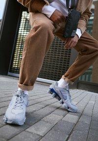 Nike Sportswear - SHOX TL - Zapatillas - wolf grey/metallic silver/racer blue - 7