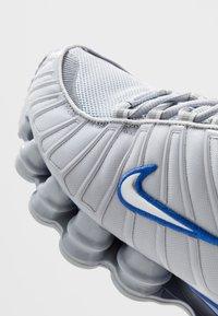 Nike Sportswear - SHOX TL - Zapatillas - wolf grey/metallic silver/racer blue - 8