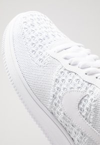 Nike Sportswear - AIR FORCE 1 FLYKNIT 2.0 - Sneakers laag - white/pure platinum - 5