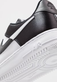 Nike Sportswear - AIR FORCE 1 '07 LV8 - Sneakers laag - white/black - 5