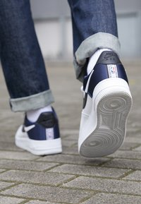 Nike Sportswear - AIR FORCE 1 '07 LV8 - Sneakers - midnight navy/white/black - 7