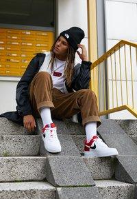 Nike Sportswear - AIR FORCE 1 '07 LV8 - Sneaker low - university red/white/black/white - 6