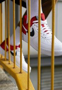 Nike Sportswear - AIR FORCE 1 '07 LV8 - Sneaker low - university red/white/black/white - 7