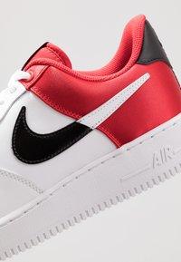 Nike Sportswear - AIR FORCE 1 '07 LV8 - Sneaker low - university red/white/black/white - 8