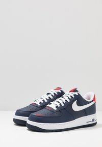 Nike Sportswear - AIR FORCE 1 07 LV8 - Trainers - obsidian/white/university red - 2