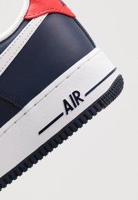 Nike Sportswear - AIR FORCE 1 07 LV8 - Sneaker low - obsidian/white/university red - 5