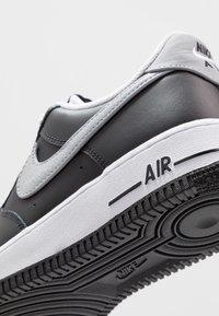 Nike Sportswear - AIR FORCE 1 07 LV8 - Joggesko - black/wolf grey/white - 5