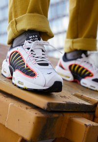 Nike Sportswear - AIR MAX TAILWIND IV - Sneakers basse - white/black/bright crimson/chrome yellow/reflect silver - 7