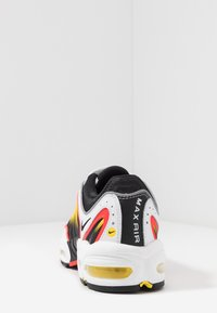 Nike Sportswear - AIR MAX TAILWIND IV - Matalavartiset tennarit - white/black/bright crimson/chrome yellow/reflect silver - 4