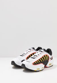 Nike Sportswear - AIR MAX TAILWIND IV - Sneakers basse - white/black/bright crimson/chrome yellow/reflect silver - 3