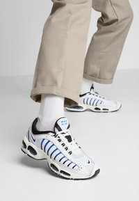 Nike Sportswear - AIR MAX TAILWIND IV - Baskets basses - white/racer blue/summit white/vast grey/black - 0