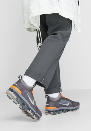 AIR VAPORMAX 2019 UTILITY - Sneakersy niskie - thunder grey/reflect silver/gunsmoke/sepia stone/total orange/pumice