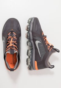 Nike Sportswear - AIR VAPORMAX 2019 UTILITY - Zapatillas - thunder grey/reflect silver/gunsmoke/sepia stone/total orange/pumice - 2