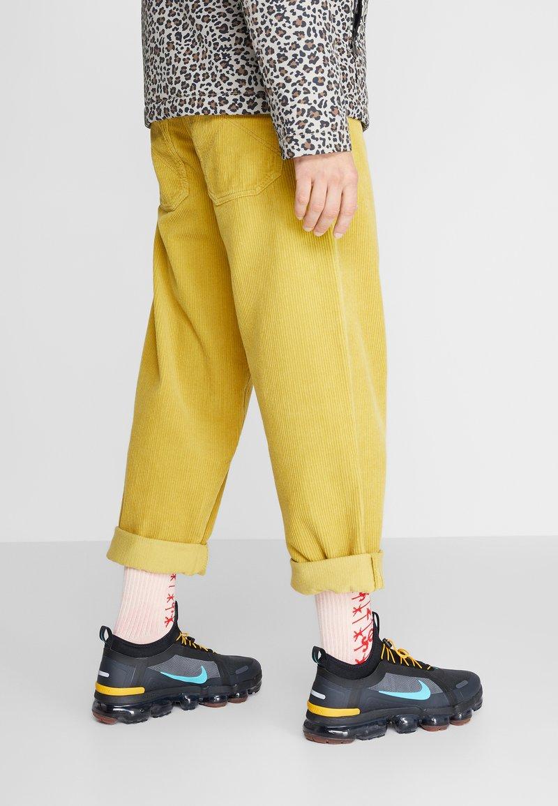 Nike Sportswear - AIR VAPORMAX 2019 UTILITY - Sneakers - off noir/black/cosmic clay/thunder grey