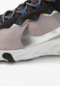 Nike Sportswear - REACT 55 SE - Zapatillas - pumice/metalic silver/total orange/summit white/black - 5