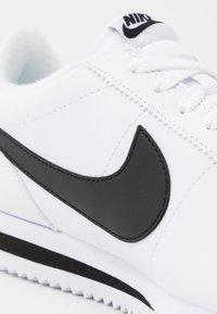 Nike Sportswear - CORTEZ BASIC - Zapatillas - white/black/metallic silver - 5