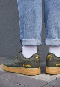 Nike Sportswear - AIR FORCE 1 GTX - Trainers - med olive/sequoia/gold/black/off noir - 7