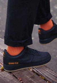 Nike Sportswear - AIR FORCE 1 GTX - Sneakers - black/light carbon/bright ceramic/med brown - 7