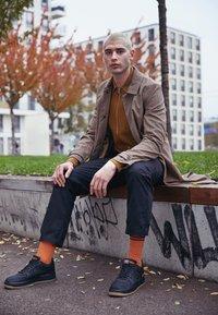 Nike Sportswear - AIR FORCE 1 GTX - Sneakers - black/light carbon/bright ceramic/med brown - 6