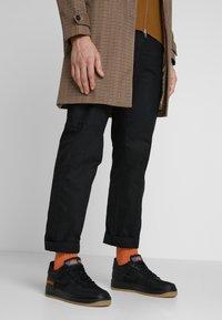 Nike Sportswear - AIR FORCE 1 GTX - Sneakers - black/light carbon/bright ceramic/med brown - 0