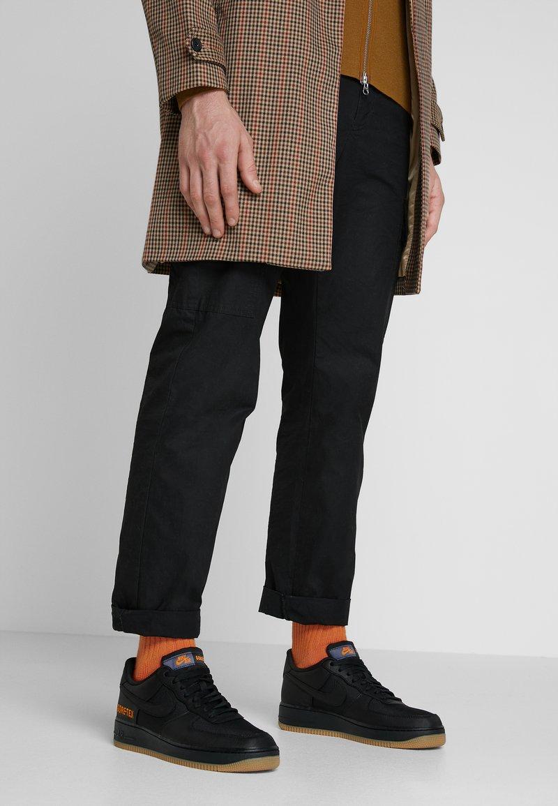 Nike Sportswear - AIR FORCE 1 GTX - Sneakers - black/light carbon/bright ceramic/med brown
