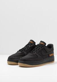 Nike Sportswear - AIR FORCE 1 GTX - Sneakers - black/light carbon/bright ceramic/med brown - 3