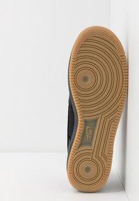 Nike Sportswear - AIR FORCE 1 GTX - Sneakers - black/light carbon/bright ceramic/med brown - 5