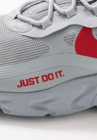 Nike Sportswear - AIR MAX 270 REACT - Zapatillas - wolf grey/hyper crimson/university red/anthracite - 5