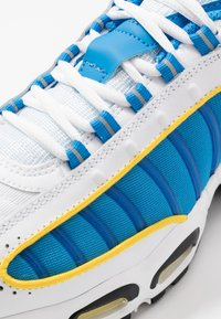 Nike Sportswear - AIR MAX TAILWIND IV - Tenisky - white/light photo blue/speed yellow/white - 5