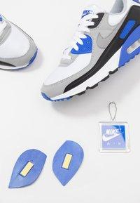 Nike Sportswear - AIR MAX 90 - Trainers - white/particle grey/light smoke grey/black/hyper royal - 5