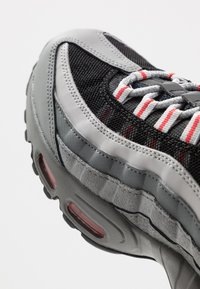 Nike Sportswear - AIR MAX 95 ESSENTIAL - Sneakers basse - track red/white/particle grey/black/grey fog/track red - 5