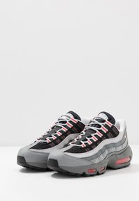 Nike Sportswear - AIR MAX 95 ESSENTIAL - Sneakers basse - track red/white/particle grey/black/grey fog/track red - 2